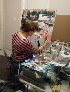 l'artiste peintre Karine Babel est en train de peindre l'une de ses toiles, sa peinture représente Brantôme