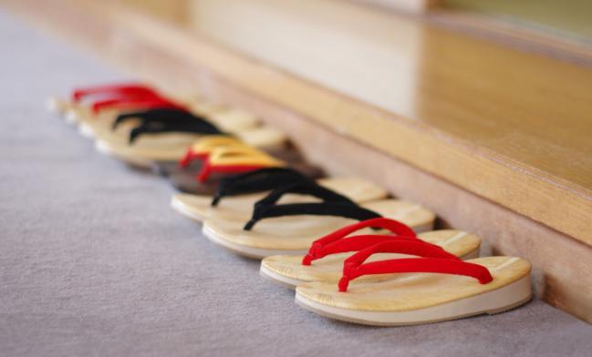 Resultado de imagen para zapatos fuera de la casa en asia
