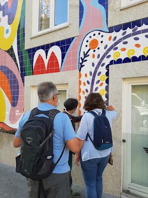 Pessoas a olhar azulejos no Tour de Azulejos no Porto