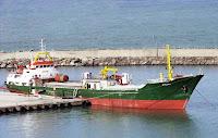 Bir limanda demirli olan koster gemisi