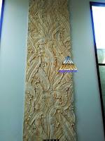 ukiran relief motif daun pisang yang dibuat dari batu alam putih atau juga biasa disebut batu alam paras jogja