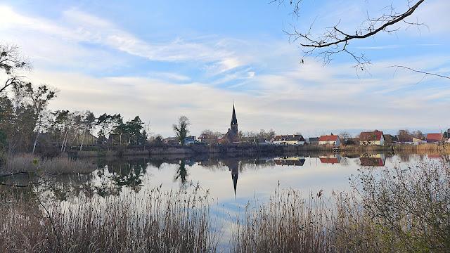 Dornbuschsee Bralitz, Insel Neuenhagen, alte Tongrube, Blick auf Kirche in Bralitz