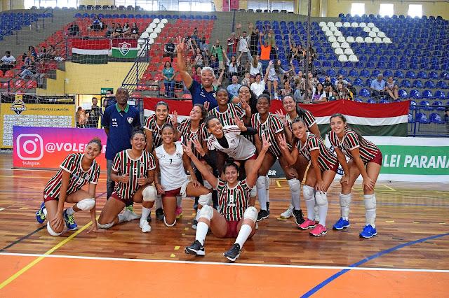 Vôlei do Fluminense juvenil comemorando o título da Taça Paraná 2019