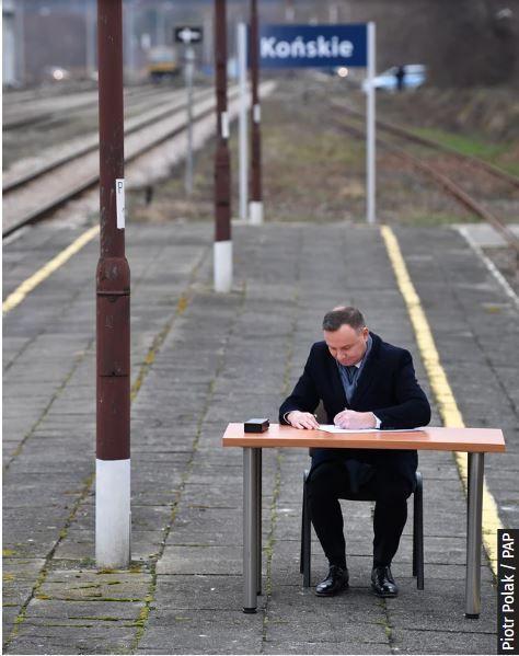 Prezydent A. Duda podpisuje ustawę na zaniedbanym peronie w Końskich