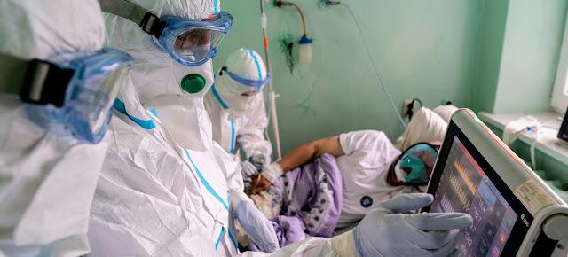 Médicos en Ucrania controlando el estado de un paciente de COVID-19.UNICEF/Evgeniy Maloletka