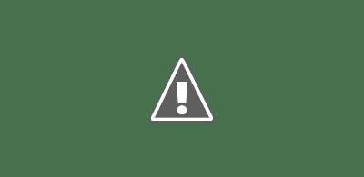 Fotografía de una pareja jugando con una tablet