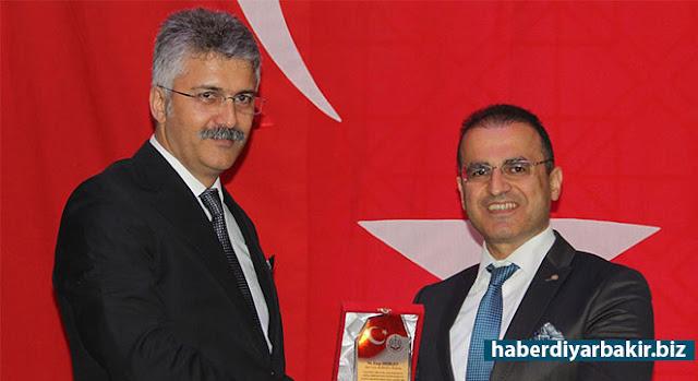 DİYARBAKIR-Hâkimler ve Savcılar Yüksek Kurulu (HSYK) 1'inci Dairesinin 5 Nisan ile 9 Mayıs kararnamesiyle Diyarbakır Adliyesinde görev yapan ve başka illere atanan 14 hâkim ve savcı için veda gecesi düzenlendi.