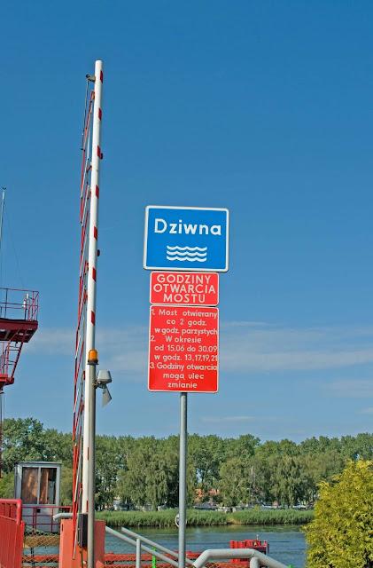 godziny otwarcia mostu w Dziwnowie, tablica informacyjna
