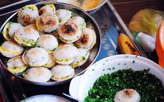 Bánh căn cũng là một trong những món ăn chơi giá rẻ mà bạn không thể bỏ qua. Bánh căn Phan Thiết khá khác so với Phan Rang, Vũng Tàu hay Đà Lạt. Bánh không được cho thêm trứng hay nhân trong lúc đổ, nhưng lại ăn kèm với nhiều món như nước cá kho, trứng vịt, tóp mỡ, xíu mại viên, xoài băm, nước mắm, khế băm.., với giá 2.000 đồng một cặp. Bạn có thể ghé đến quán Bánh Căn số 168 Thủ Khoa Huân, quán bánh căn số trên đường Hải Thượng Lãn Ông hoặc quán dưới chân cầu Dục Thanh.