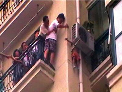 Bocah Terjatuh dari Apartemen dan Tersangkut di Mesin AC