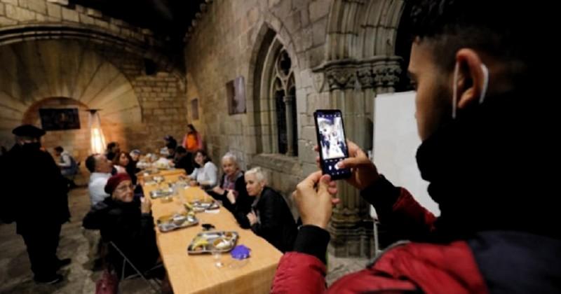 Gereja Katolik Jadi Tempat Buka Puasa, Umat Muslim Barcelona Panjatkan Syukur