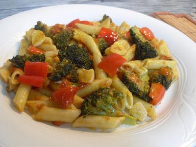 Macarrones ligeramente picantes con pimientos y brócoli