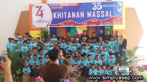 KHITANAN MASSAL : Tidak kurang 100 anak berhasil dikhitan kemarin (15/8) di Gedung Serba Guna Angkasa Pura II Supadio yang digelar dalam rangka HUT 35 Angkasa Pura II, Foto Asep Haryono