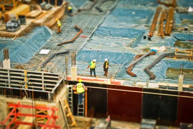 Hombres sobre una construcción