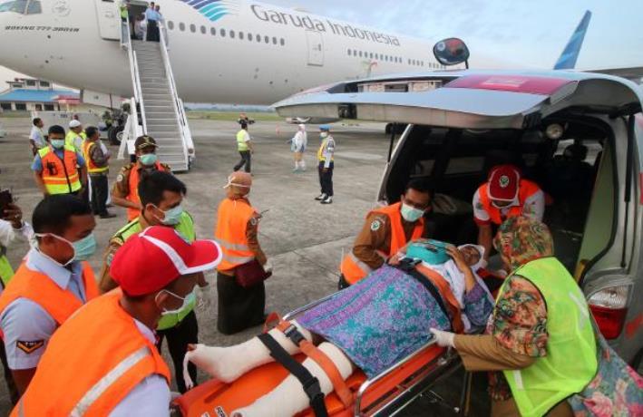 Petugas medis mengevakuasi jenazah jamaah haji asal Indonesia.