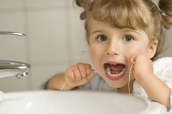 cbed30318 Não há necessidade de usar o fio dental porque os pequenos têm os dentes  separados nessa fase.