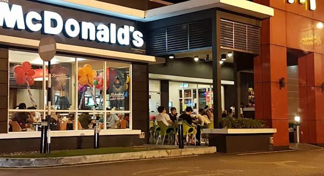 Lelaki makan dengan anjing atas meja McDonald di Johor kena kecam