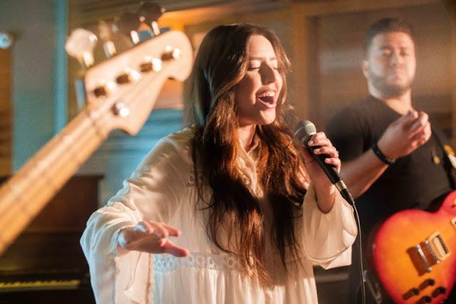 Esther Marcos apresenta a canção e o clipe Teus Mistérios
