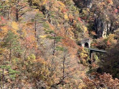 鳴子峡をまたぐ線路