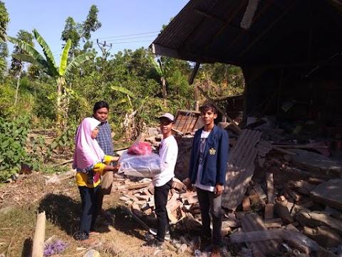 Penyerahan bantuan terpal kepada warga Dusun Selengan, kayangan.