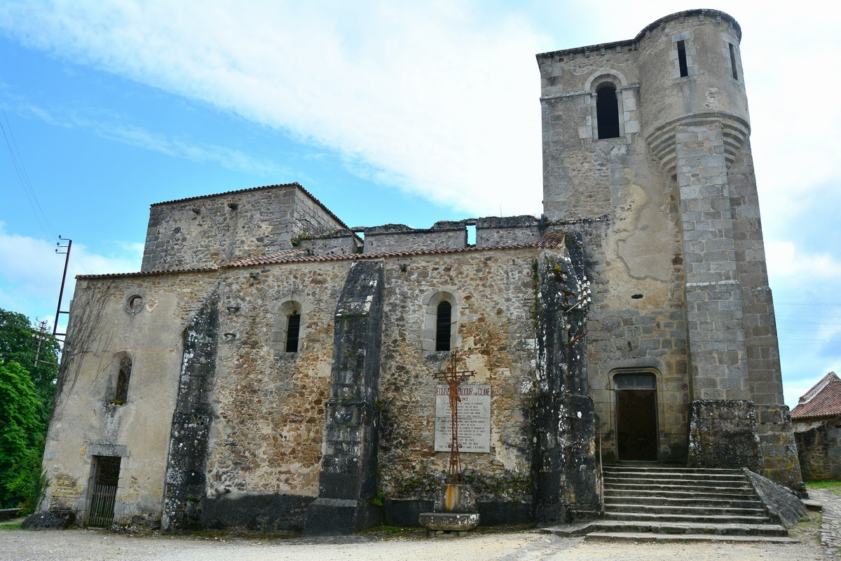 L'église Saint-Martin, lieu du massacre des femmes et des enfants.