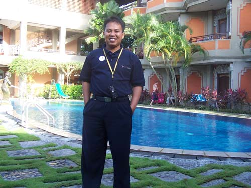 SANTAI  : Bersantai sejenak sebeljum memulai city tour saat trip di Bali sekitar tahun 2012 yang lalu.  Ada yang tahu nama hotel yang saya hotel yang ada dalam foto ini? Foto IST