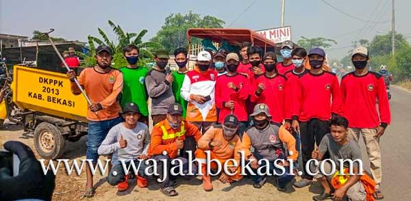 PSPT Bersama Relawan dan Aparatur Desa Babelan Kota Bersihkan Jalan Pulo Timaha