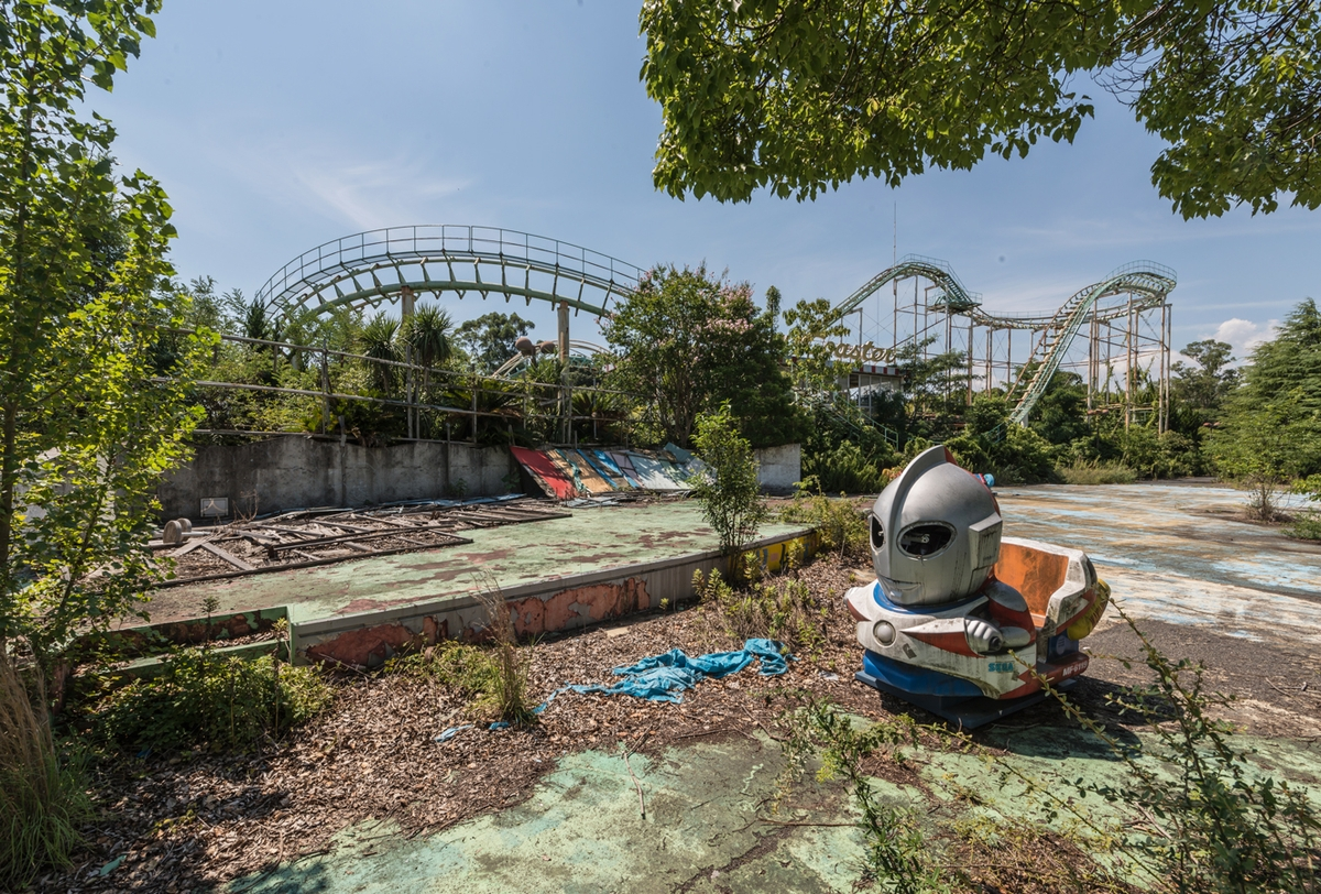 01-Alien-Car-Photographs-of-Abandoned-Amusement-Park-Nara-Dreamland-in-Japan-www-designstack-co