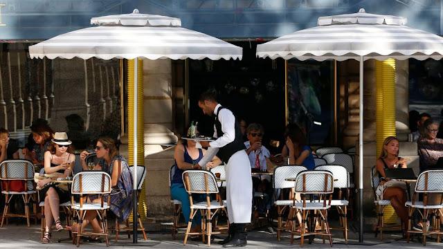الكراسي والطاولات بالمقاهي