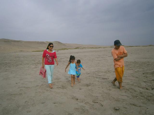 fotografía de Persona adulta acompañada de niños y joven en la Playa