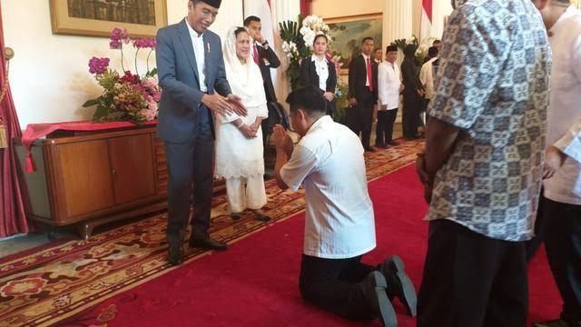 Jokowi-Minta-Kritik-Santun-Beredar-Foto-Seseorang-Bersujud-Depan-Presiden-Netizen-Begini-Standar-Santunnya
