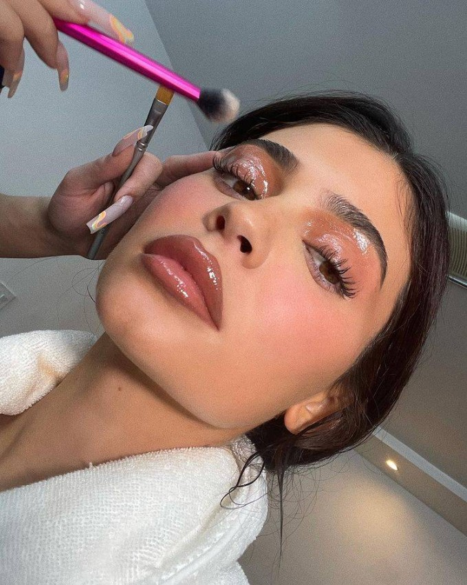 Kylie Jenner spend 3 and a half hours applying makeup every day During a video posted two days ago on Kylie's official YouTube account, in which she appeared with her makeup artist, Ariel Tejada, he explained that he sometimes gets upset while applying makeup to Kylie because she looks a lot at the mobile, and this hinders the mechanism of applying makeup.