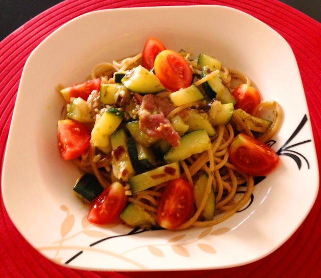Spaghetti pełnoziarniste z cukinią i szynką parmeńską