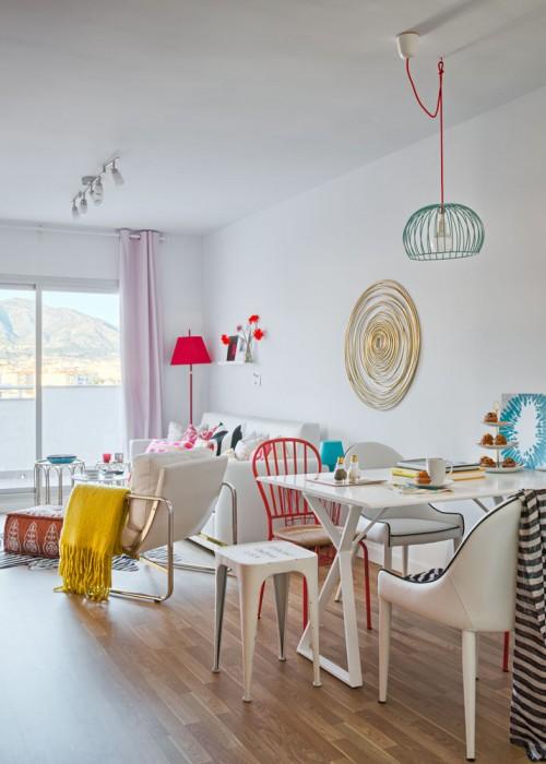 mesa comedor blanca con sillas de hierro y sillones de piel sintetica taburete tolix chicanddeco