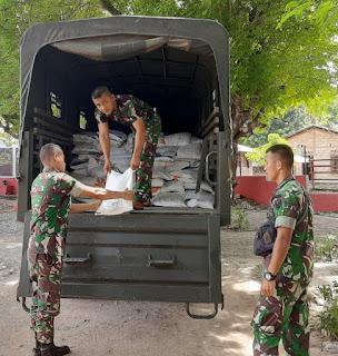 Satgas Yonif Raider 142 KJ Kirim Logistik ke Pos Garis Depan Perbatasan