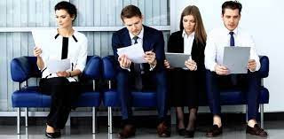 Fotografía de varias personas esperando en una entrevista de trabajo