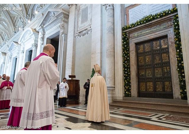 Papa Francisco na parte externa da Porta Santa Foto: L'Osservatore Romano