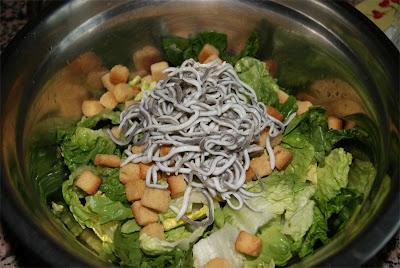cómo preparar ensalada césar con gulas paso 2