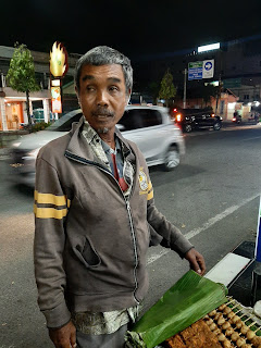Kisah Penjual Sate Tunanetra