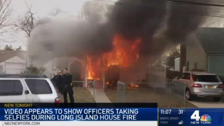 HEBOH: 2 Polisi ini malah selfie di depan rumah terbakar dan bikin warga kesal