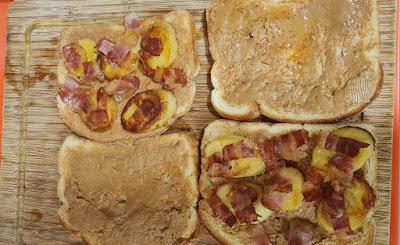 Montando los sándwiches de plátano, bacón y crema de cacahuete