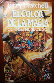Portada del libro El color de la magia, de Terry Pratchett