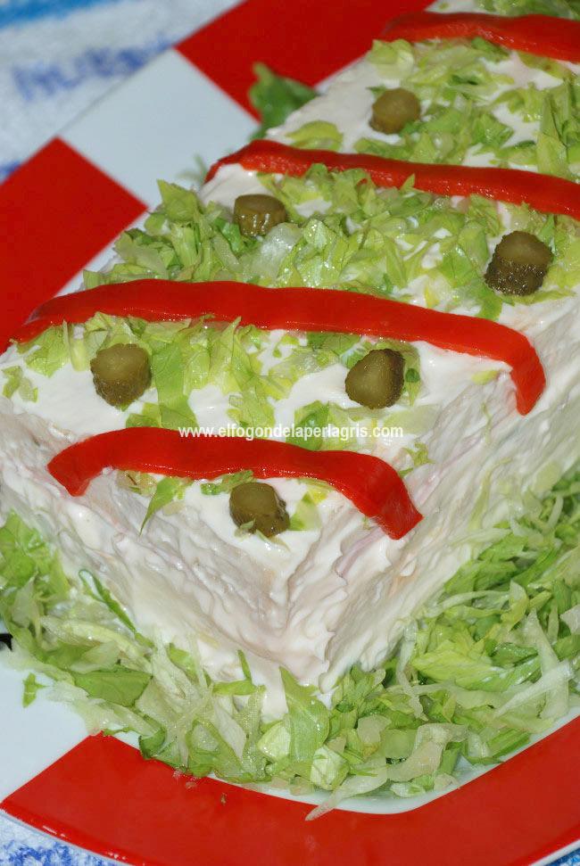 Pastel verano con pan de molde y ensalada pollo