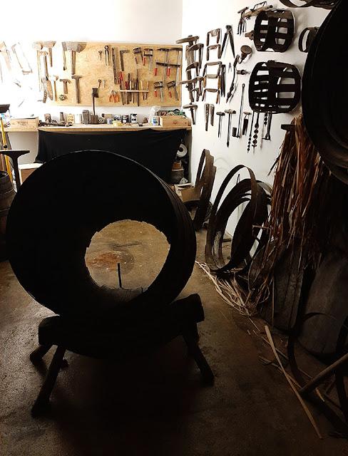 espaço de tanoaria e ferramentas de trabalho nas caves Poças