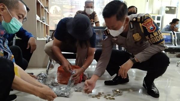 Pesan Tersirat dari Aksi Warga Ponorogo Bayar Pajak Pikap Pakai Uang Koin