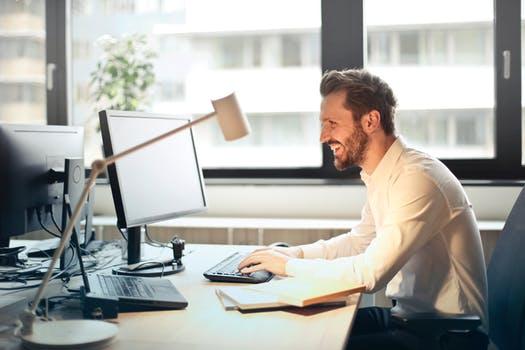 Sadar Atau Tidak, 7 Hal Ini Pernah Dilakukan Karyawan Saat Jam Kerja Kantor