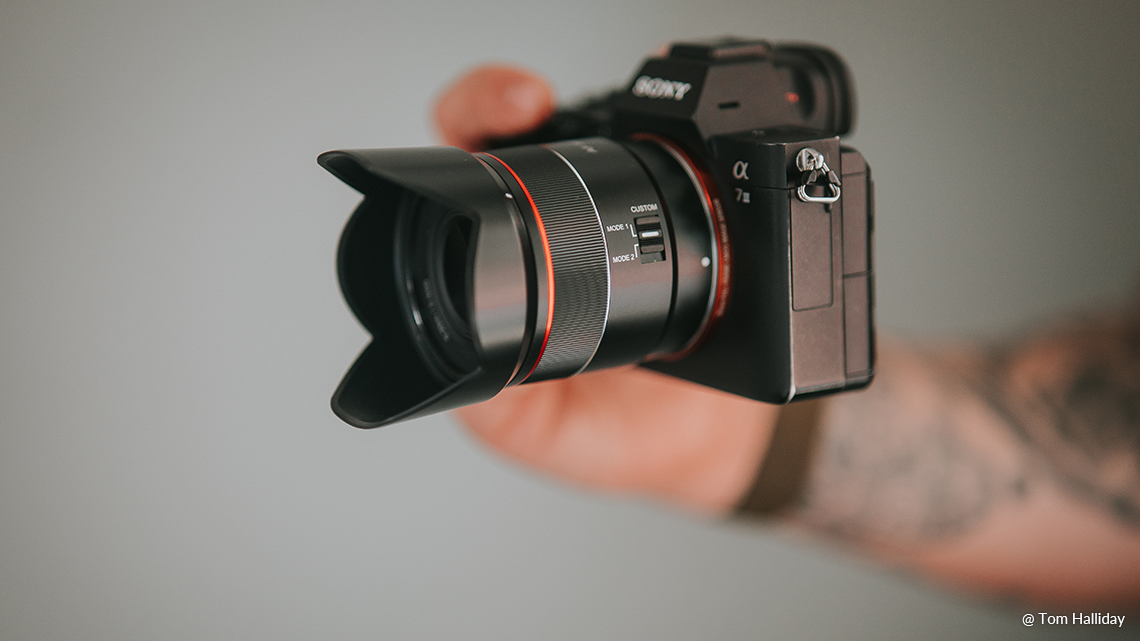 Объектив Samyang AF 35mm f/1.8 FE с камерой Sony