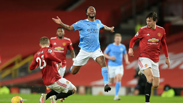 Manchester United players surround Man city forward Raheem Sterling