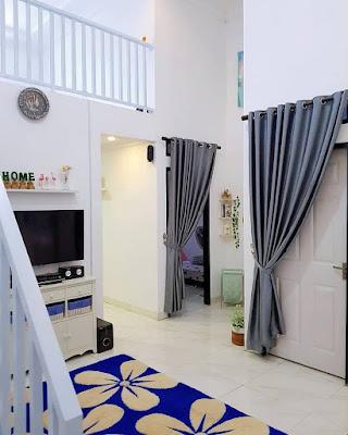 Ruang Tv dengan dekorasi rumah memanjang
