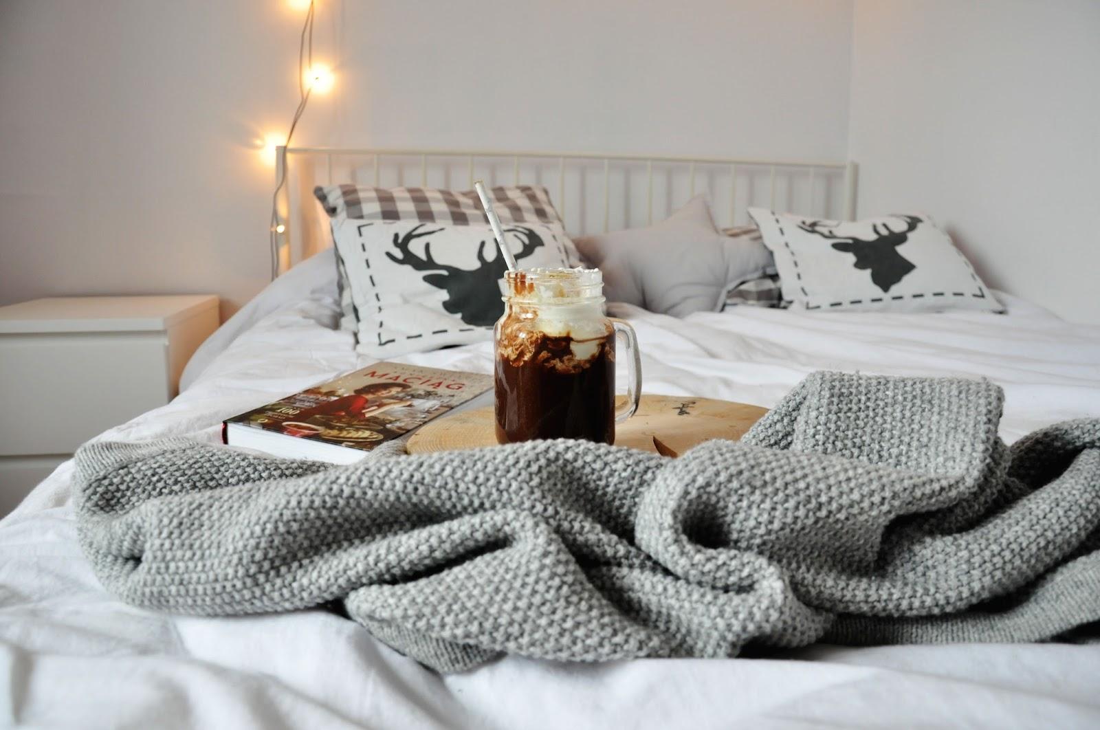 łóżko ikea leirvik, koc h&m home, gorąca czekolada, smak świąt agnieszka maciąg